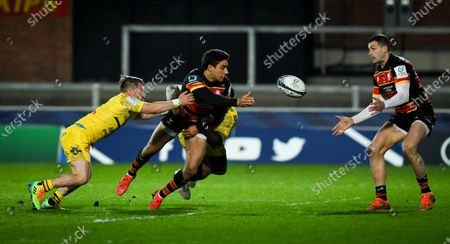 Santiago Carreras of Gloucester Rugby passes the ball to Jonny May of Gloucester Rugby