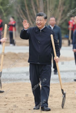 (210402) - BEIJING, April 2, 2021 (Xinhua) - Chinese President Xi Jinping, also general secretary of the Communist Party of China Central Committee and chairman of the Central Military Commission, waves to the officials and people on-site during a tree-planting activity in Chaoyang District in Beijing, capital of China, April 2, 2000 21. The activity was also attended by other leaders including Li Keqiang, Li Zhanshu, Wang Yang, Wang Huning, Zhao Leji, Han Zheng and Wang Qishan.