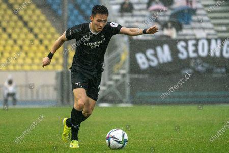 Lee Si-Young of Seongnam FC kicks the ball during the K League 1 match between Seongnam FC and Ulsan Hyundai at the Tancheon Stadium in Seongnam, South Korea, 03 April 2021.