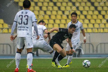 Lee Si-Young of Seongnam FC dribbles the ball during the K League 1 match between Seongnam FC and Ulsan Hyundai at the Tancheon Stadium in Seongnam, South Korea, 03 April 2021.
