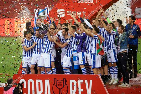 Asier Illarramendi of Real Sociedad lifts the trophy after winning with his team the Copa Del Rey Final match between Real Sociedad and Athletic Club at Estadio de La Cartuja on April 3, 2021 in Seville, Spain. Sporting stadiums around Spain remain under strict restrictions due to the Coronavirus Pandemic as Government social distancing laws prohibit fans inside venues resulting in games being played behind closed doors.