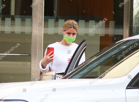 Michelle Hunziker goes out to record Striscia greeting the photographers present