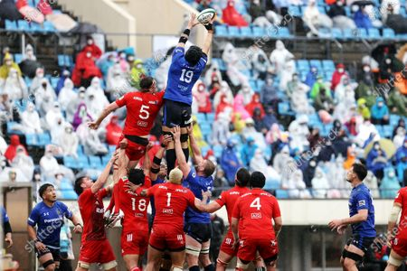 (L-R) Brodie Retallick, Ryota Hasegawa - Rugby : Japan Rugby Top League 2021 match between Kobelco Steelers 13-13 Panasonic Wild Knights at Kobe Universiade Memorial Stadium in Kobe, Japan.