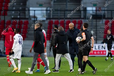Antwerp's head coach Frank Vercauteren and Anderlecht's head coach Vincent Kompany pictured after a soccer match between Royal Antwerp FC and RSC Anderlecht, Monday 05 April 2021 in Antwerp, on day 32 of the 'Jupiler Pro League' first division of the Belgian championship.