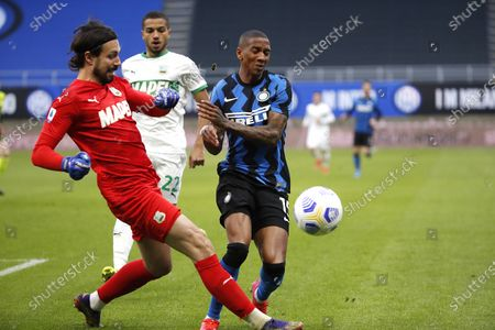 Sassuolo's goalkeeper Andrea Consigli, left, chalenges for the ball with Inter Milan's Ashley Young during the Serie A soccer match between Inter Milan and Sassuolo at the San Siro Stadium in Milan, Italy