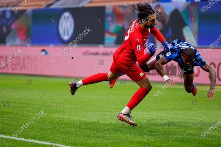 Andrea Consigli (US Sassuolo Calcio) fouls Ashley Young (FC Internazionale)