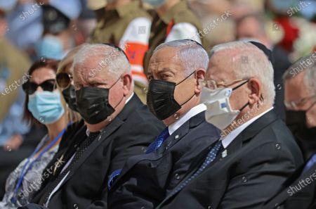 Israeli President Reuven Rivlin (R) Prime Minister Benjamin Netanyahu (C) awaits a wreath-marking the Holocaust Remembrance Day at Warsaw Ghetto Square in Jerusalem's Yad Vashem memorial on April 8, 2021.