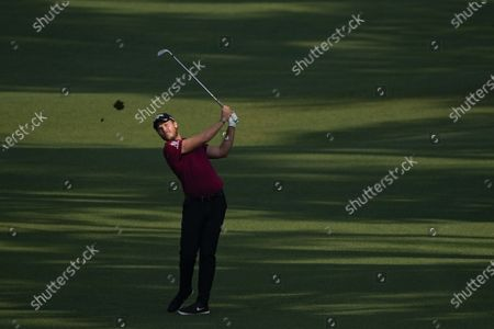 Danny Willet, of England, watches his shot on the second hole during the first round of the Masters golf tournament, in Augusta, Ga