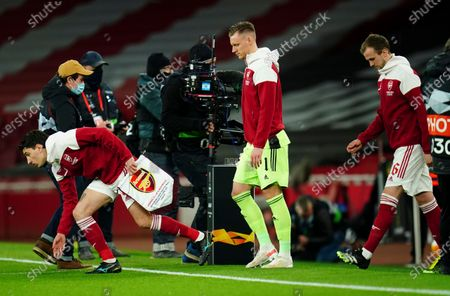 Hector Bellerin of Arsenal leads his team out