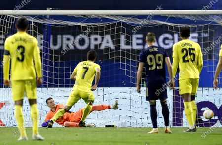 Gerard Moreno (3-L) of Villarreal scores the opening goal from the penalty spot against goalkepeer Dominik Livakovic (2-L) of Dinamo Zagreb during the UEFA Europa League quarter final, 1st leg match between Dinamo Zagreb and Villarreal in Zagreb, Croatia, 08 April 2021.