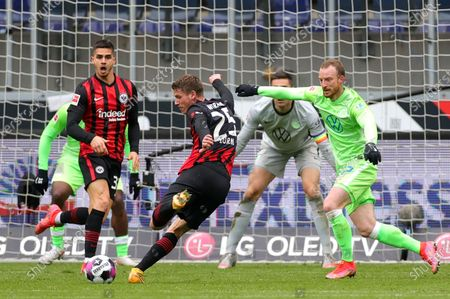 Frankfurt's Erik Durm (C) scores the 4-2 lead against Wolfsburg's goalkeeper Koen Casteels (C-R) during the German Bundesliga soccer match between Eintracht Frankfurt and Wolfsburg in Frankfurt, Germany, 10 April 2021.