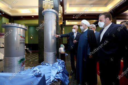 En esta foto dada a conocer por el portal oficial de la oficina de la presidencia de Irán, el presidente Hassan Rouhani, segundo desde la derecha, escucha al jefe de la Agencia de Energía Atómica de Irán Alí Akbar Salehi durante una visita a una exhibición de los nuevos logros nucleares de país en Teherán