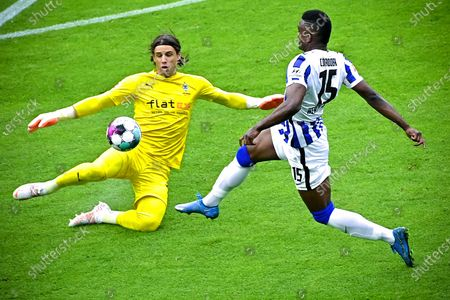 Moenchengladbach's goalkeeper Yann Sommer (L) in action against Hertha's Jhon Cordoba (R) during the German Bundesliga soccer match between Hertha BSC and Borussia Moenchengladbach in Berlin, Germany, 10 April 2021.
