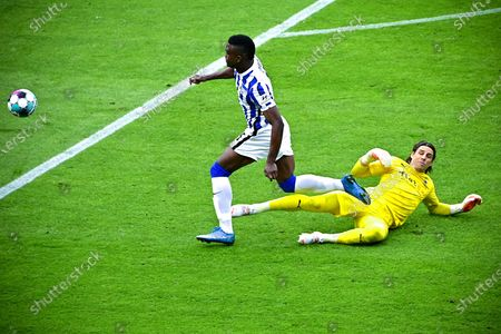 Moenchengladbach's goalkeeper Yann Sommer (R) in action against Hertha's Jhon Cordoba (L) during the German Bundesliga soccer match between Hertha BSC and Borussia Moenchengladbach in Berlin, Germany, 10 April 2021.