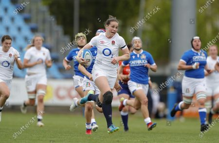 Emily Scarratt breaks away to score the game's first try for England.
