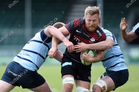 Jackson Wray of Saracens takes on the Bedford Blues defence