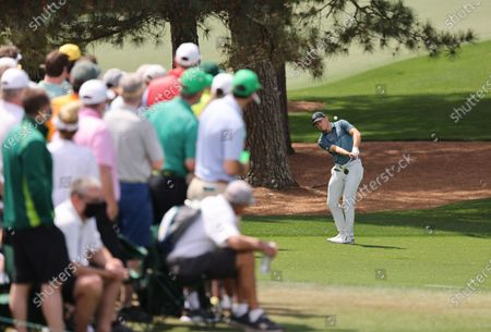 Jordan Spieth of the US chips from the third fairway while playing the second hole during the final round of the 2021 Masters Tournament at the Augusta National Golf Club in Augusta, Georgia, USA, 11 April 2021. The 2021 Masters Tournament is held 08 April through 11 April 2021.