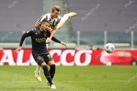 Matthijs de Ligt (Juventus FC) hits the ball with the head vs Marko Pjaca (CFC Genoa)
