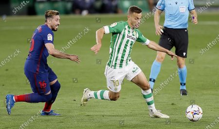 Real Betis' Sergio Canales (R) in action against Atletico Madrid's Hector Herrera (L) during the Spanish LaLiga soccer match between Real Betis and Atletico Madrid at Benito Villamarin stadium in Sevilla, southern Spain, 11 April 2021.