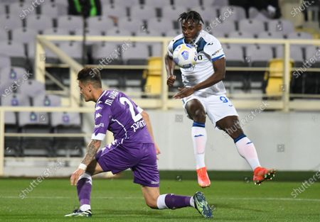 Atalanta's forward Duvan Zapata (R) vies for the ball with Fiorentina's defender Lucas Martinez Quarta (L) during the Italian Serie A soccer match between ACF Fiorentina and Atalanta BC at the Artemio Franchi stadium in Florence, Italy, 11 April 2021.