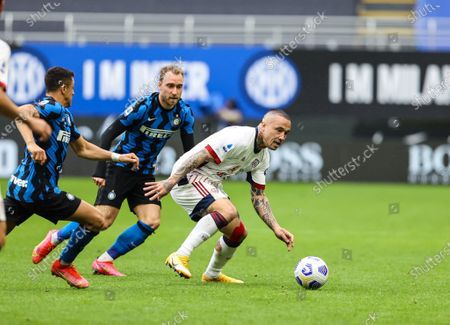 Radja Nainggolan of Cagliari Calcio fights for the ball against Alexis Sanchez of FC Internazionale and Christian Eriksen of FC Internazionale