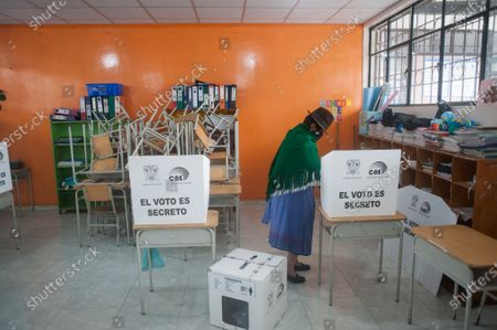 Stock Image of A woman from the indigenous community casts her vote during the elections. In the Cancaghua indigenous parish near Cayambe in the province of Pichincha, people from different communities move to jose antonio Vallejo educational unit to exercise their rights. This Sunday the new ruler of Ecuador is elected.