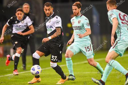 Udinese's Roberto Pereyra fight for the ball against Torinoâ€s Christian Ansaldi