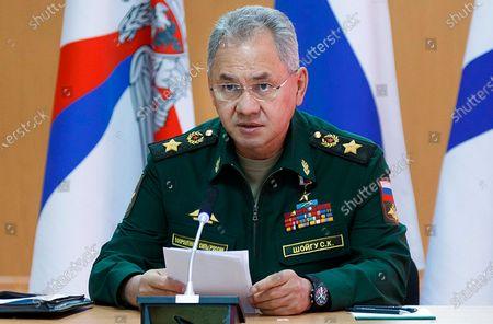 En esta fotografía facilitada por el Servicio de Prensa del Ministerio de Defensa de Rusia, el ministro ruso de Defensa, Sergei Shoigu, hace declaraciones durante una visita a una base naval en Gadzhiyevo, Rusia, el martes 13 de abril de 2021