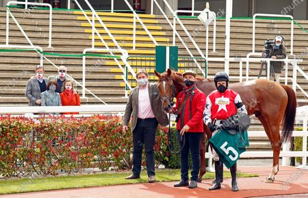 PROSCHEMA (Harry Skelton) with Dan Skelton and owners after The Kingston Stud Handicap Hurdle Cheltenham