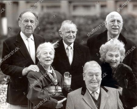 Stars Of The Stage And Screen Line Up In London With Kingsley Amis (front) Author Of The Novel 'ending Up' Which Is Being Filmed By Thames Television In A 90 Minute Adaptation To Be Broadcast Next Christmas. Left To Right: Sir Michael Horden Dame Wendy Hiller Sir John Mills Kingsley Amis Googie Withers And Lionel Jeffries. Pkt2025-141486