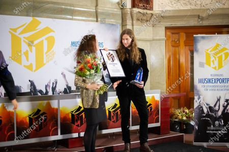 The Government's prize for extraordinary services to Swedish music exports in 2018 has been awarded to composer and producer Ludwig Goransson. Minister of Foreign Trade Ann Linde hands out the award.