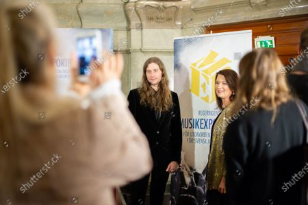The Government's prize for extraordinary services to Swedish music exports in 2018 has been awarded to composer and producer Ludwig Goransson. Minister of Foreign Trade Ann Linde attends.