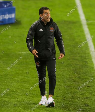 Houston Dynamo FC Head coach Tab Ramos yell instructions to his players against the San Jose Earthquakes during an MLS soccer match, in Houston