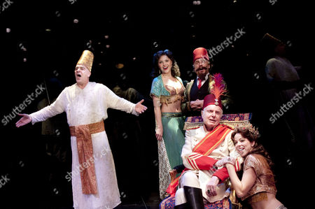 Stock Image of 'Paradise Found' - Mandy Patinkin (Eunuch)   right, seated: John McMartin (Shah) with Amanda Kloots-Larsen (Woman 3), George Lee Andres (Grand Vizier), Lacey Kohl (Woman 2)