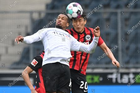 Moenchengladbach's Alassane Plea (L) in action against Frankfurt's Makoto Hasebe (R)  during the German Bundesliga soccer match between Borussia Moenchengladbach and Eintracht Frankfurt in Moenchengladbach, Germany, 17 April 2021.