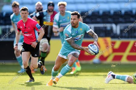 Francois Hougaard of Worcester Warriors in possession
