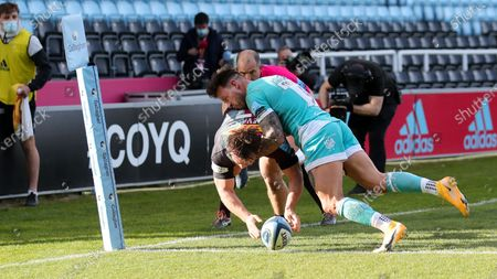 Will Evans of Harlequins scores a try  as Francois Hougaard of Worcester tackles