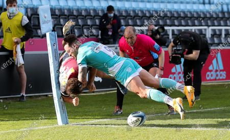Will Evans of Harlequins (L) scores a try  as Francois Hougaard of Worcester tackles