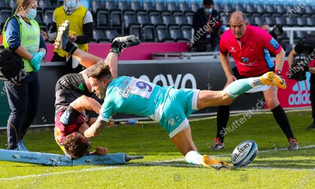 Will Evans of Harlequins (L) scores an acrobatic try - the 5th - just before half time despite Francois Hougaard of Worcester's tackle