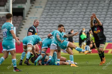 Francois Hougaard of Worcester kicks the ball during the Gallagher Premiership Rugby match between Harlequins and Worcester Warriors at Twickenham Stoop, Twickenham