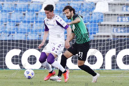 Sassuolo's Gian Marco Ferrari (R) and Fiorentina's Dusan Vlahovic (L) in action during the Italian Serie A soccer match US Sassuolo vs ACF Fiorentina at Mapei Stadium in Reggio Emilia, Italy, 17 April 2021.