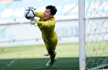 Yang Hyung-Mo of Suwon Samsung Bluewings makes a diving save during the K League 1 match between Suwon Samsung Bluewings and Ulsan Hyundai at the Suwon World Cup Stadium in Suwon, South Korea, 18 April 2021.