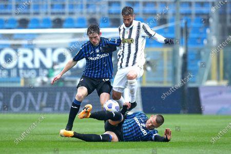 Atalanta's Marten De Roon (L) and Atalanta's Rafael Toloi with Juventus' Rodrigo Bentancur in action during the Italian Serie A soccer match Atalanta BC vs Juventus at the Gewiss Stadium in Bergamo, Italy, 18 April 2021.