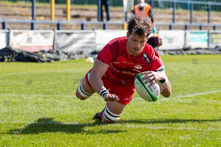 Michael Rhodes of Saracens scores a try
