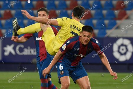 Oscar Duarte of of Levante UD and Gerard Moreno of Villarreal CF