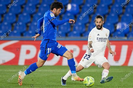 Carles Alena of Getafe CF and Isco Alarcon of Real Madrid
