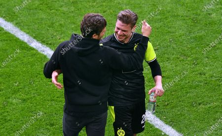 Lukasz Piszczek (BVB) and chief trainer Edin Terzic (BVB) after the end of the game.