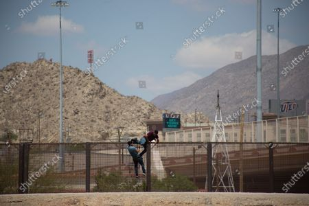 Two men who tried to cross the Rio Grande in Ciudad Juarez, Chihuahua state, Mexico on April 19, 2021, with a construction rod with which they tried to scale the wall were arrested by the National Guard, 2 young men and a man crossed the Rio Grande and climbed the wall aided by a spell-bound ladder built with a rod of construction.
