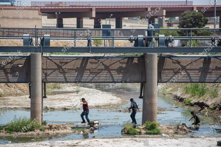 Three men who tried to cross the Rio Grande in Ciudad Juarez, Chihuahua state, Mexico on April 19, 2021, with a construction rod with which they tried to scale the wall were arrested by the National Guard, 2 young men and a man crossed the Rio Grande and climbed the wall aided by a spell-bound ladder built with a rod of construction.