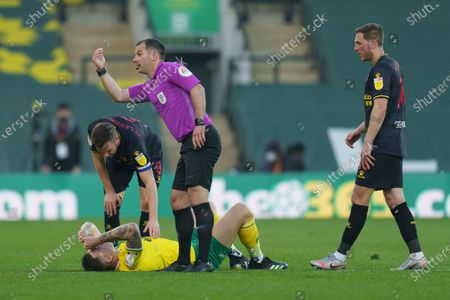 Referee Tim Robinson calls for help for Jordan Hugill of Norwich City (9)